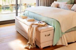 baúl de almacenamiento a los pies de la cama