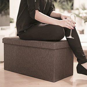 persona sentada sobre un baúl de almacenamiento
