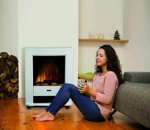 mujer frente a una chimenea eléctrica