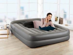 mujer en un colchón hinchable