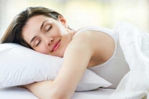 mujer durmiendo sobre una almohada