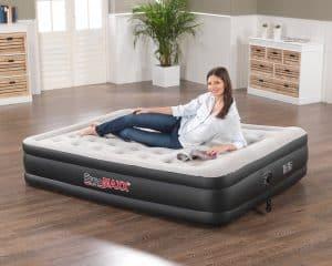 mujer en un colchón hinchable grande