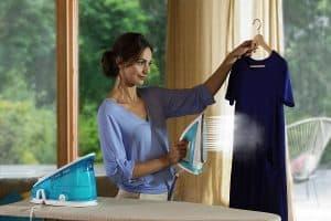 mujer usando un centro de planchado