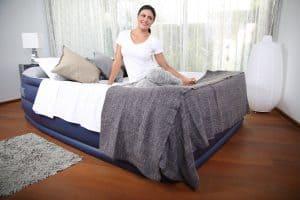 mujer sobre una cama hinchable