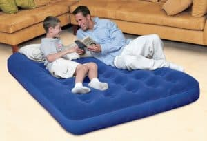niño y hombre sobre un colchón hinchable