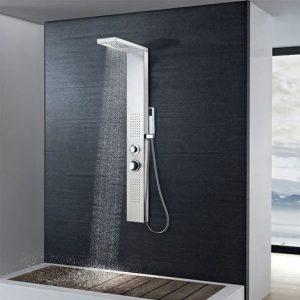 columna de ducha en una pared de baño negra