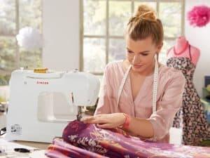 mujer cosiendo con una máquina de coser