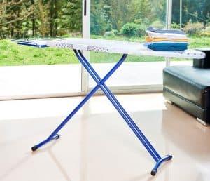 tabla de planchar en el salón