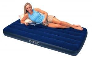 mujer sobre un colchón hinchable