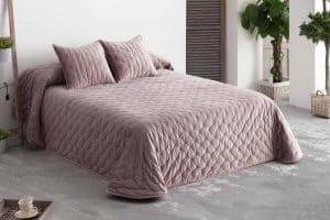 colcha en una cama con almohadas