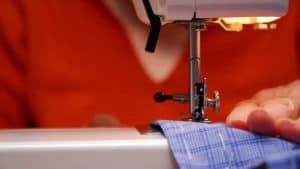 persona cosiendo con una máquina de coser