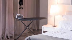 tabla de planchar en una habitación