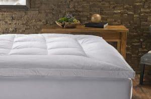 cubre colchón blanco