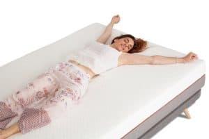 mujer sobre un colchón de látex