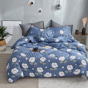 edredón azul con flores