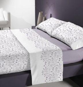 sábana morada y blanca