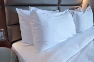 varias almohadas