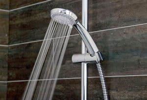 alcachofa de ducha echando agua