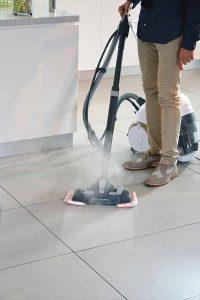 mujer limpiando el suelo con un aspirador a vapor