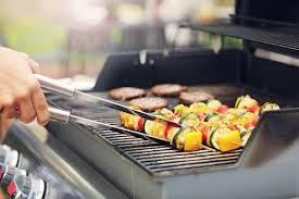 cocinar verdura en una barbacoa a gas