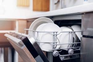 platos en el lavavajillas