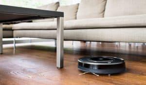 robot aspirador pasando por el suelo