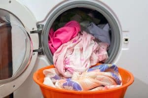 ropa en una lavadora