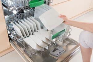 mujer llenando un lavavajillas