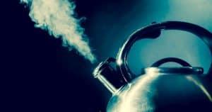 Hervidor de agua echando humo