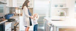 mujer y niño en una cocina