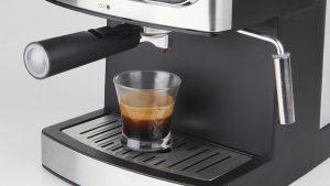 cafetera expresso haciendo un café