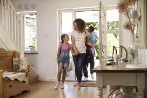 personas entrando en una casa con detector de monóxido de carbono