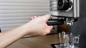 persona haciendo café en un cafetera