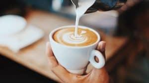 verter leche espumosa a un café