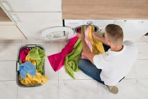 hombre poniendo la lavadora