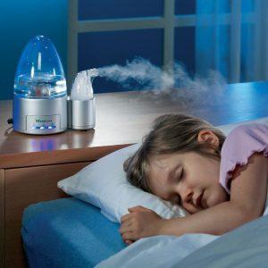 humidificador en una habitación de una niña durmiendo