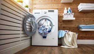 lavadora llena con ropa