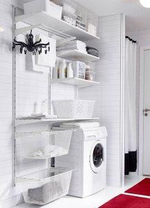 lavadora en una habitación blanca