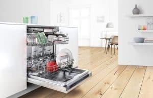 lavavajillas abierto en la cocina