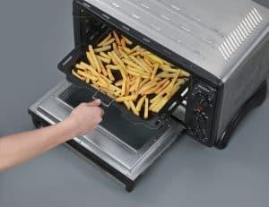 cocinar patatas fritas en un mini horno