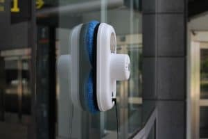 robot limpiacristales blanco