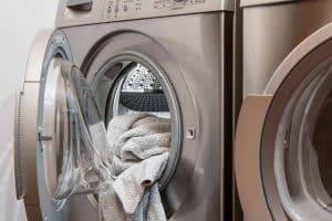 sacando ropa de una secadora