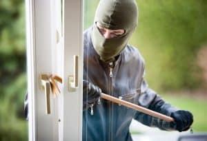 ladrón intentando abrir una ventana