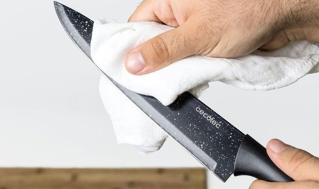 limpiar hoja de un cuchillo de cocina