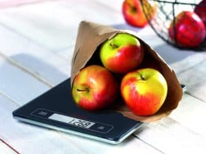 báscula de cocina con manzanas