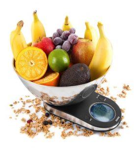 báscula de cocina con fruta