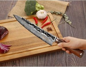 persona sujetando un cuchillo de cocina
