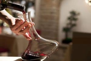 persona decantando un vino
