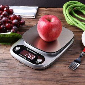 báscula de cocina con una manzana