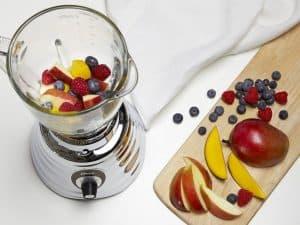 batidora de vaso con frutas